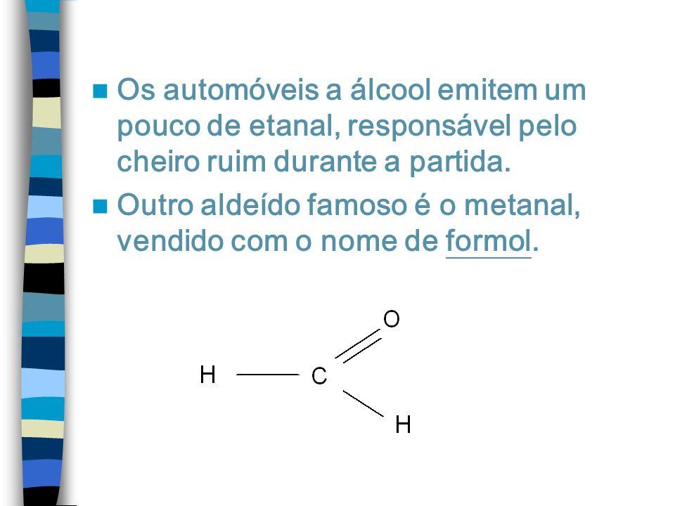 Os automóveis a álcool emitem um pouco de etanal, responsável pelo cheiro ruim durante a partida.