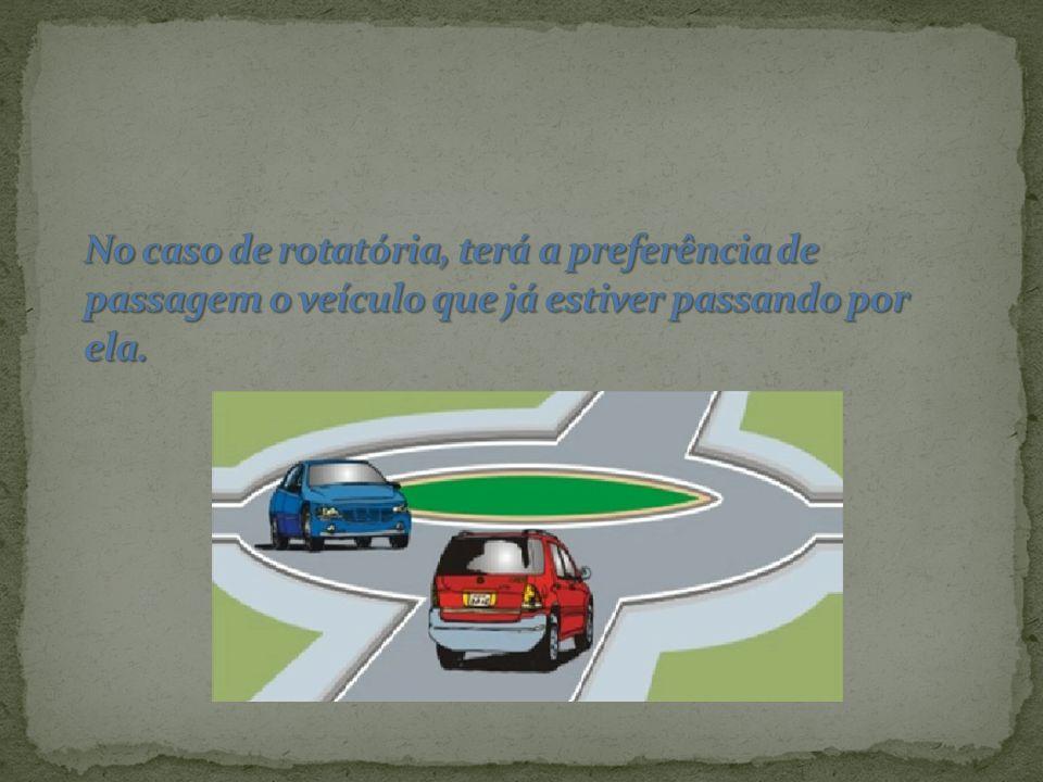 No caso de rotatória, terá a preferência de passagem o veículo que já estiver passando por ela.
