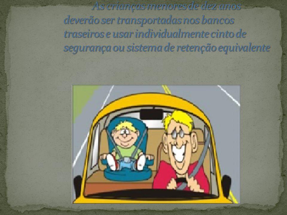 As crianças menores de dez anos deverão ser transportadas nos bancos traseiros e usar individualmente cinto de segurança ou sistema de retenção equivalente