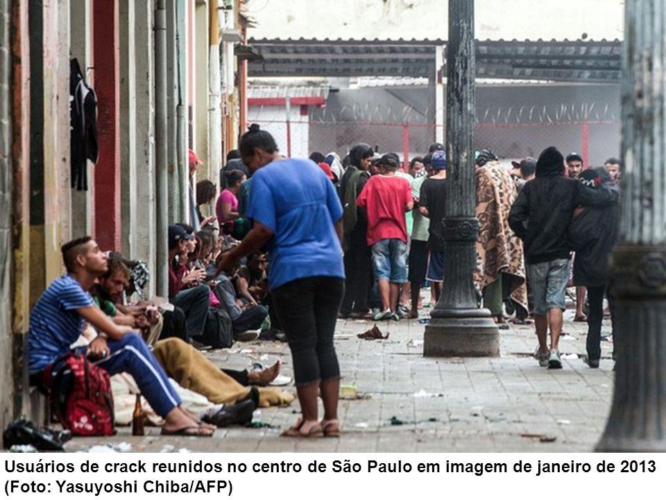 Usuários de crack reunidos no centro de São Paulo em imagem de janeiro de 2013
