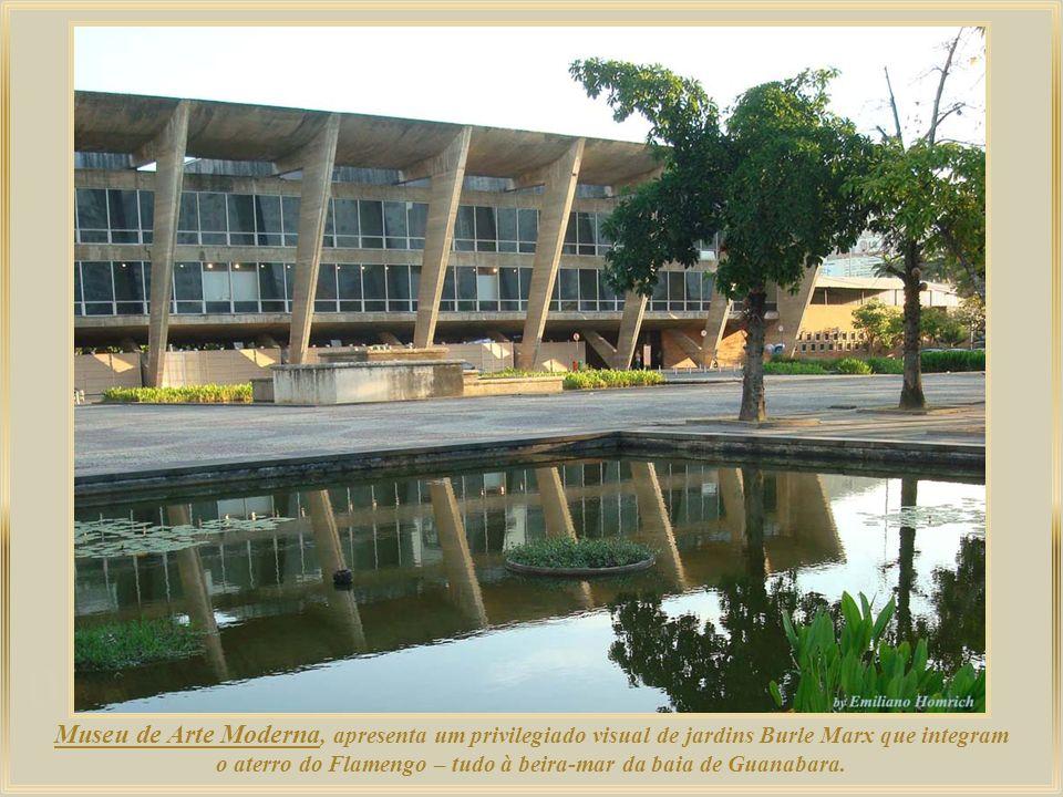 Museu de Arte Moderna, apresenta um privilegiado visual de jardins Burle Marx que integram o aterro do Flamengo – tudo à beira-mar da baia de Guanabara.