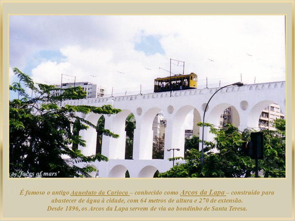 É famoso o antigo Aqueduto da Carioca – conhecido como Arcos da Lapa – construído para abastecer de água à cidade, com 64 metros de altura e 270 de extensão.