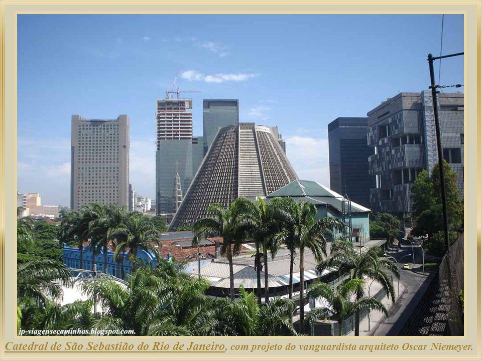 Catedral de São Sebastião do Rio de Janeiro, com projeto do vanguardista arquiteto Oscar Niemeyer.