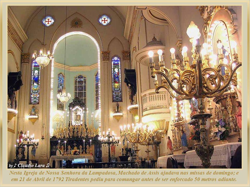Nesta Igreja de Nossa Senhora da Lampadosa, Machado de Assis ajudava nas missas de domingo; e em 21 de Abril de 1792 Tiradentes pediu para comungar antes de ser enforcado 50 metros adiante.
