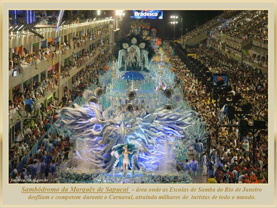 Sambódromo da Marquês de Sapucaí - área onde as Escolas de Samba do Rio de Janeiro desfilam e competem durante o Carnaval, atraindo milhares de turistas de todo o mundo.