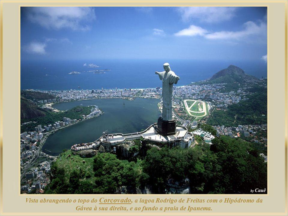 Vista abrangendo o topo do Corcovado, a lagoa Rodrigo de Freitas com o Hipódromo da Gávea à sua direita, e ao fundo a praia de Ipanema.