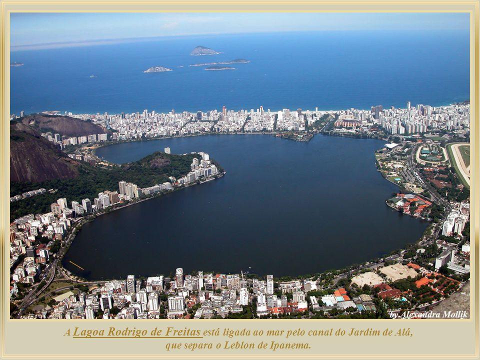 A Lagoa Rodrigo de Freitas está ligada ao mar pelo canal do Jardim de Alá, que separa o Leblon de Ipanema.