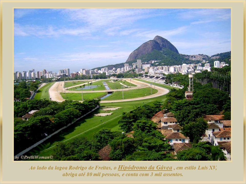 Ao lado da lagoa Rodrigo de Freitas, o Hipódromo da Gávea , em estilo Luis XV, abriga até 80 mil pessoas, e conta com 3 mil assentos.