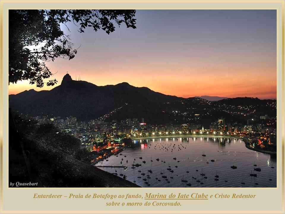 Entardecer – Praia de Botafogo ao fundo, Marina do Iate Clube e Cristo Redentor sobre o morro do Corcovado.