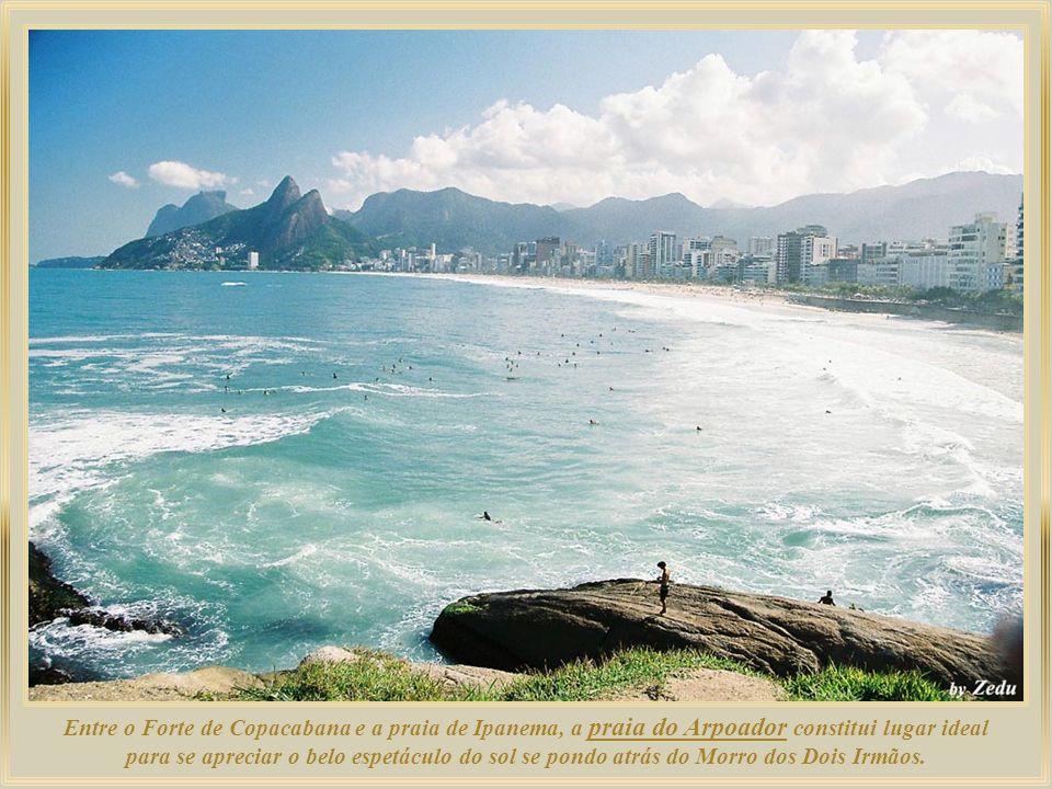 Entre o Forte de Copacabana e a praia de Ipanema, a praia do Arpoador constitui lugar ideal para se apreciar o belo espetáculo do sol se pondo atrás do Morro dos Dois Irmãos.