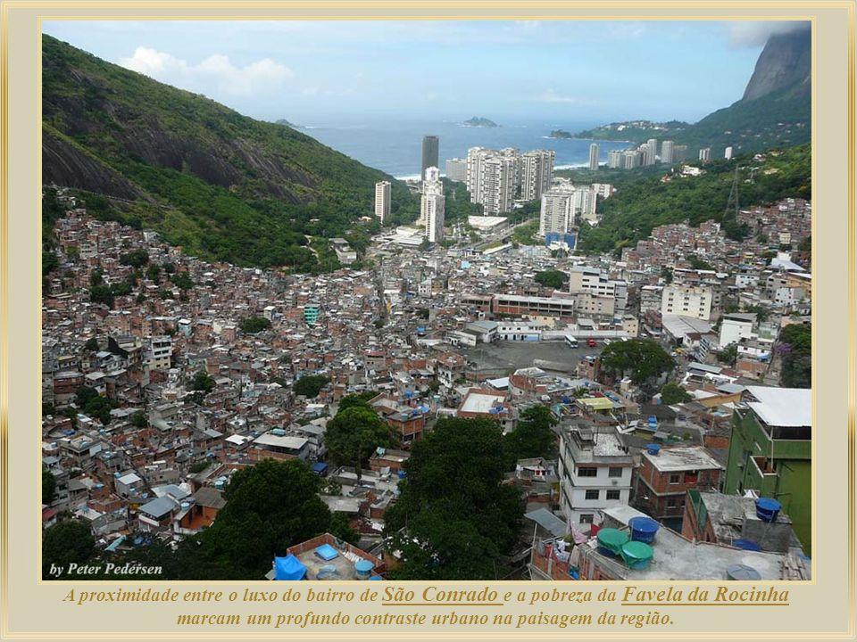 A proximidade entre o luxo do bairro de São Conrado e a pobreza da Favela da Rocinha marcam um profundo contraste urbano na paisagem da região.