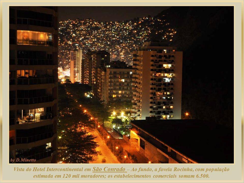 Vista do Hotel Intercontinental em São Conrado – Ao fundo, a favela Rocinha, com população estimada em 120 mil moradores; os estabelecimentos comerciais somam 6.500.