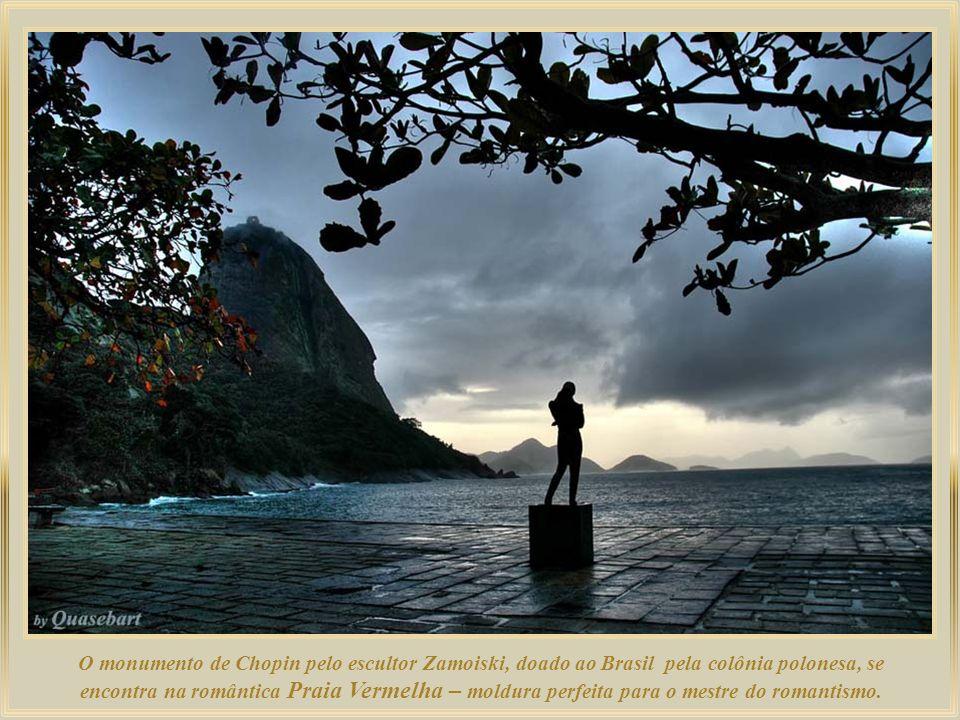 O monumento de Chopin pelo escultor Zamoiski, doado ao Brasil pela colônia polonesa, se encontra na romântica Praia Vermelha – moldura perfeita para o mestre do romantismo.