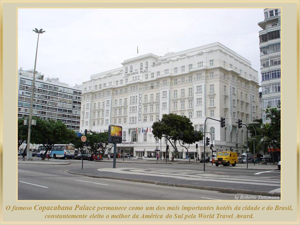 O famoso Copacabana Palace permanece como um dos mais importantes hotéis da cidade e do Brasil, constantemente eleito o melhor da América do Sul pela World Travel Award.
