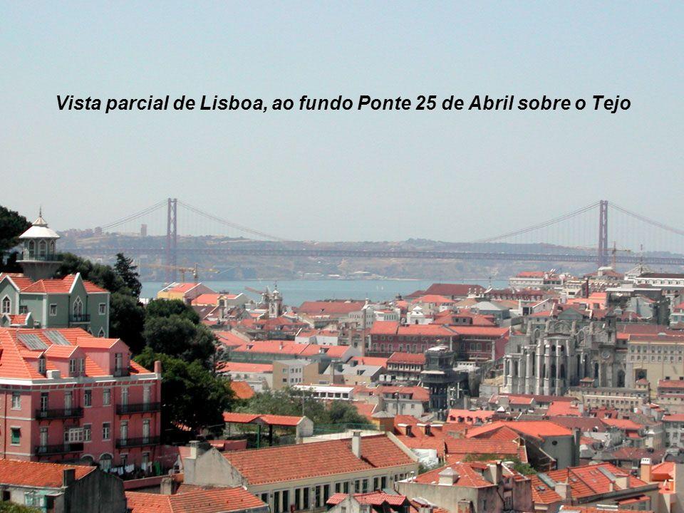 Vista parcial de Lisboa, ao fundo Ponte 25 de Abril sobre o Tejo