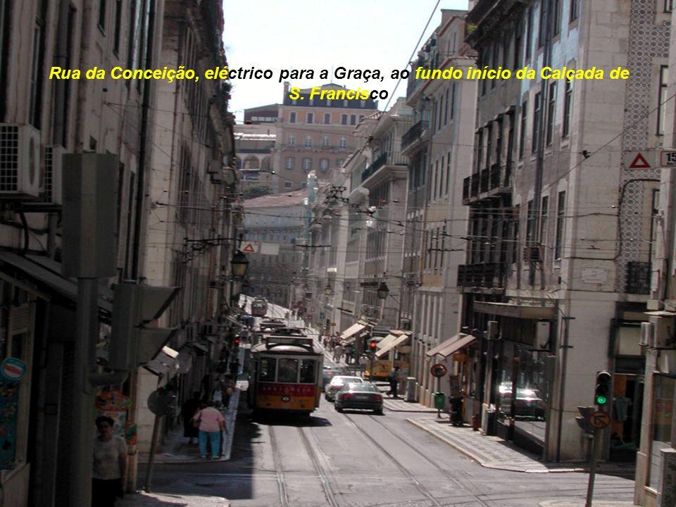 Rua da Conceição, eléctrico para a Graça, ao fundo início da Calçada de S. Francisco