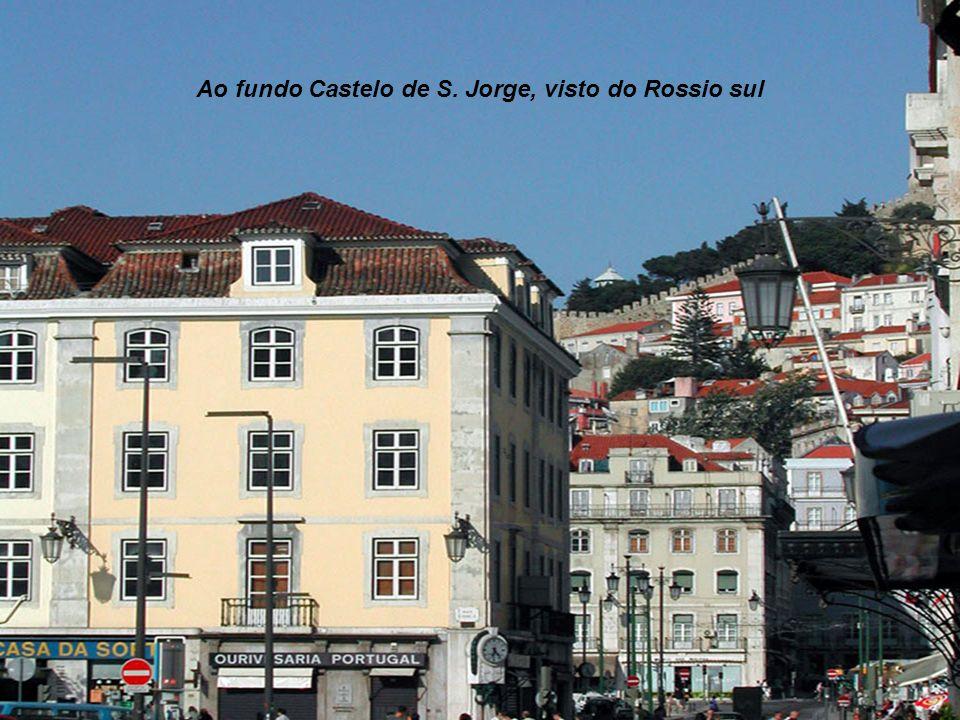 Ao fundo Castelo de S. Jorge, visto do Rossio sul