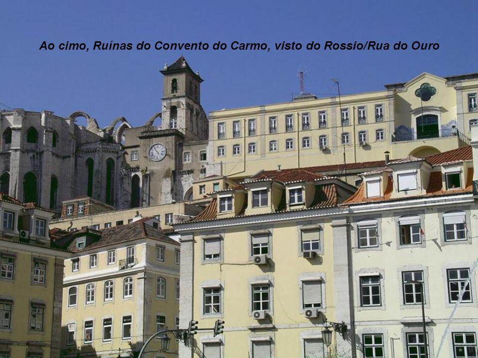 Ao cimo, Ruínas do Convento do Carmo, visto do Rossio/Rua do Ouro