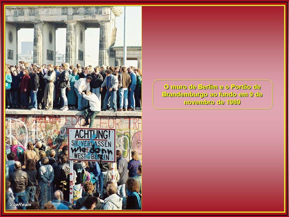 O muro de Berlim e o Portão de Brandemburgo ao fundo em 9 de novembro de 1989