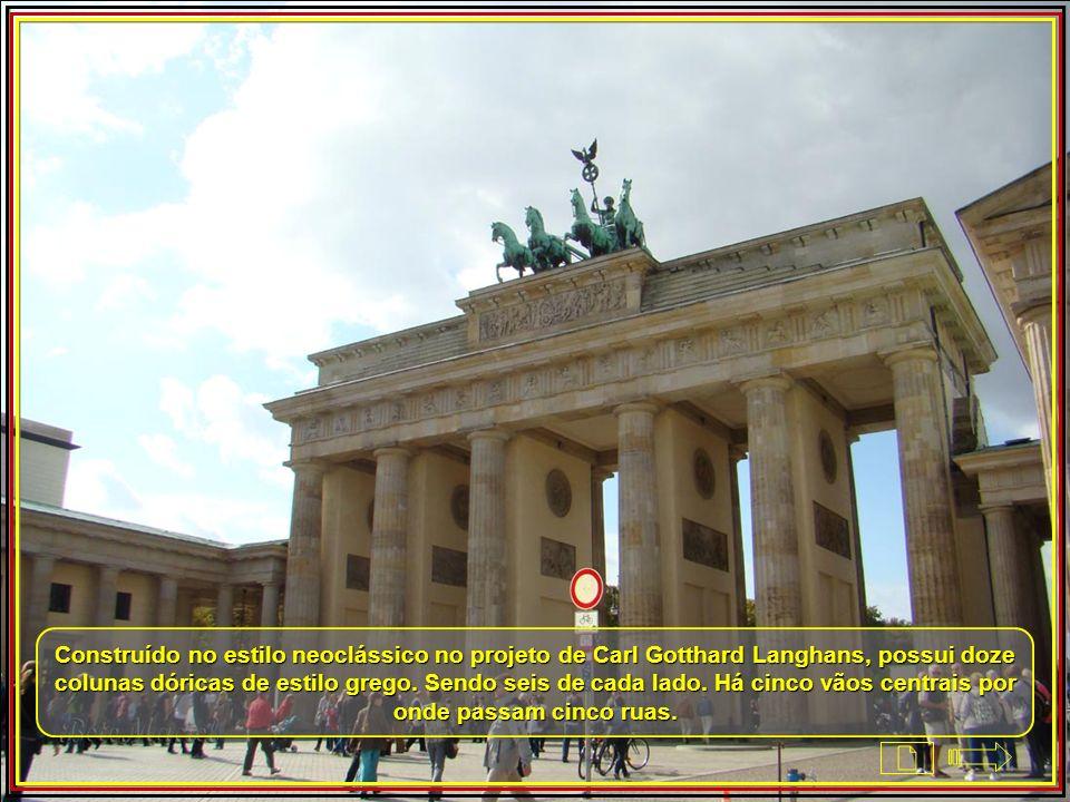 Construído no estilo neoclássico no projeto de Carl Gotthard Langhans, possui doze colunas dóricas de estilo grego.
