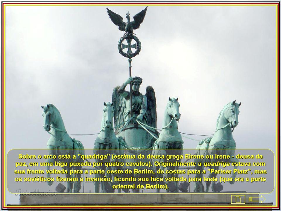 Sobre o arco está a quadriga (estátua da deusa grega Eirene ou Irene - deusa da paz, em uma biga puxada por quatro cavalos).