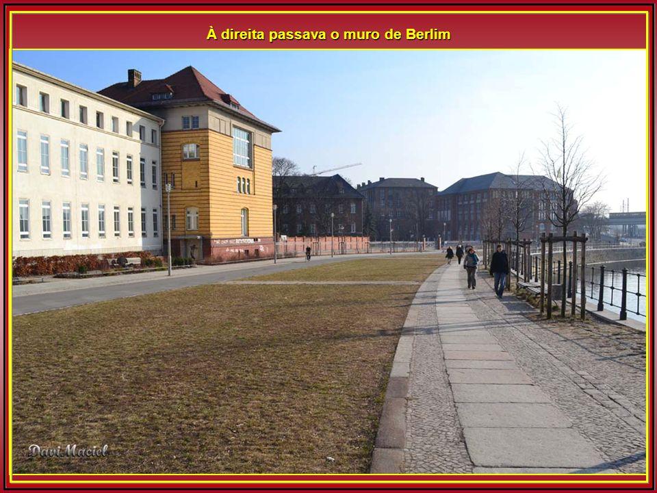 À direita passava o muro de Berlim