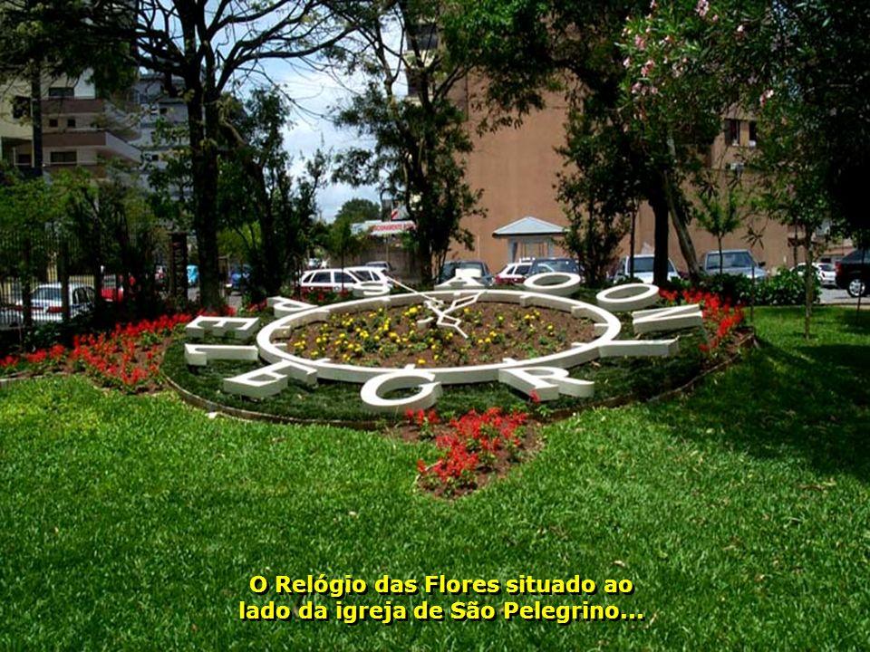 O Relógio das Flores situado ao lado da igreja de São Pelegrino...