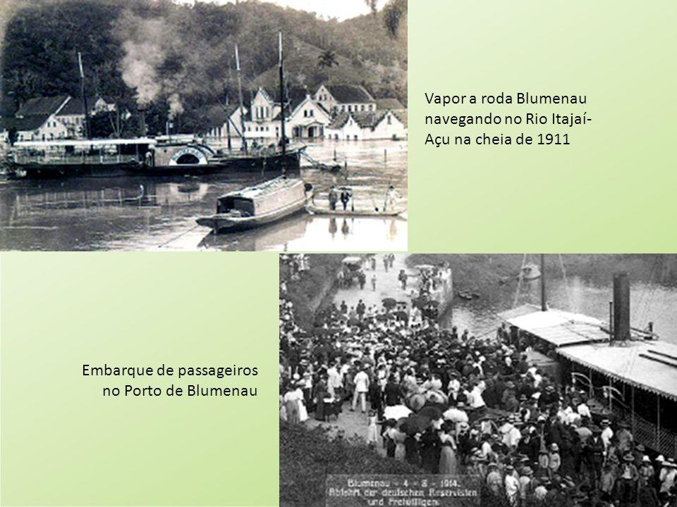 Vapor a roda Blumenau navegando no Rio Itajaí-Açu na cheia de 1911
