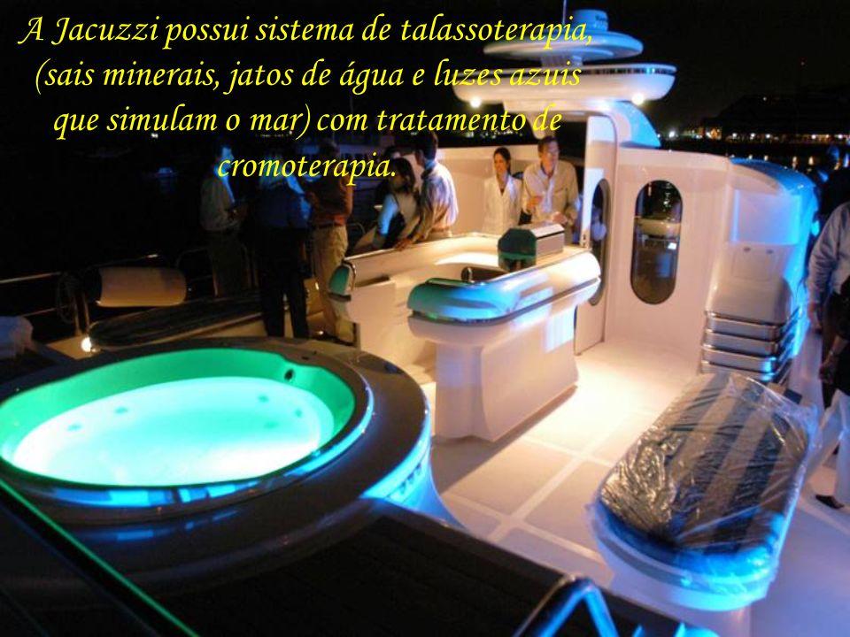 A Jacuzzi possui sistema de talassoterapia, (sais minerais, jatos de água e luzes azuis que simulam o mar) com tratamento de cromoterapia.