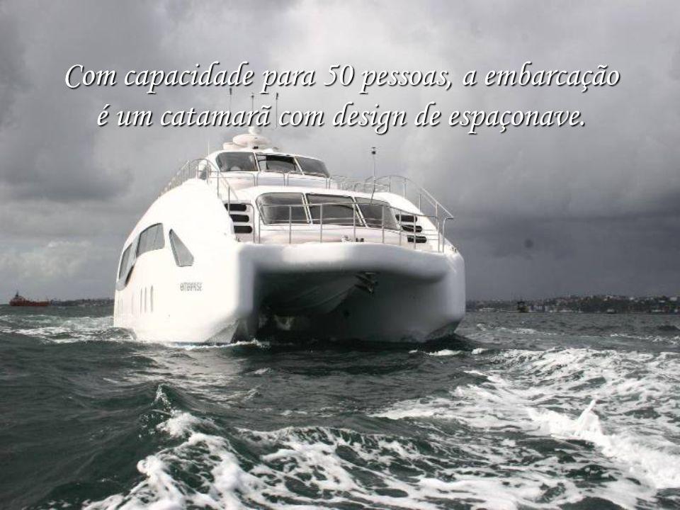 Com capacidade para 50 pessoas, a embarcação é um catamarã com design de espaçonave.