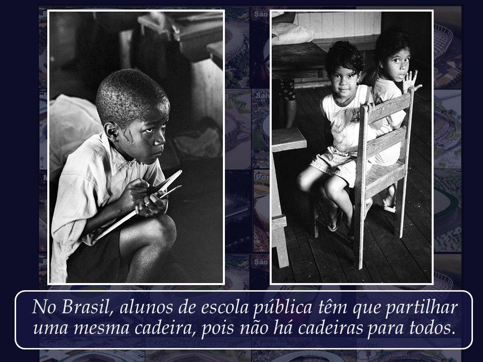 No Brasil, alunos de escola pública têm que partilhar uma mesma cadeira, pois não há cadeiras para todos.