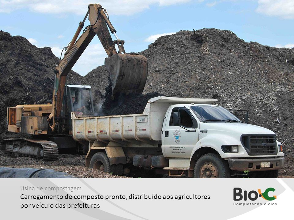 Usina de compostagem Carregamento de composto pronto, distribuído aos agricultores por veículo das prefeituras.