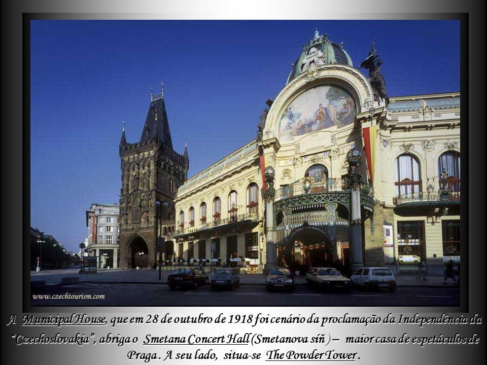 A Municipal House, que em 28 de outubro de 1918 foi cenário da proclamação da Independência da Czechoslovakia , abriga o Smetana Concert Hall (Smetanova síň ) – maior casa de espetáculos de Praga .