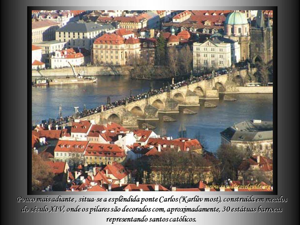 Pouco mais adiante , situa-se a esplêndida ponte Carlos (Karlův most), construída em meados do século XIV, onde os pilares são decorados com, aproximadamente, 30 estátuas barrocas representando santos católicos.