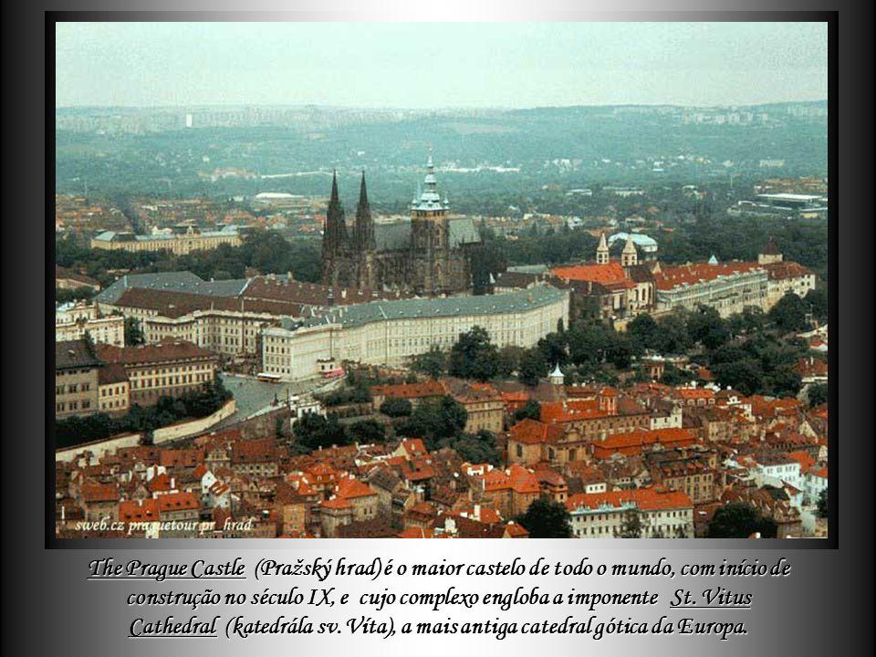 The Prague Castle (Pražský hrad) é o maior castelo de todo o mundo, com início de construção no século IX, e cujo complexo engloba a imponente St.
