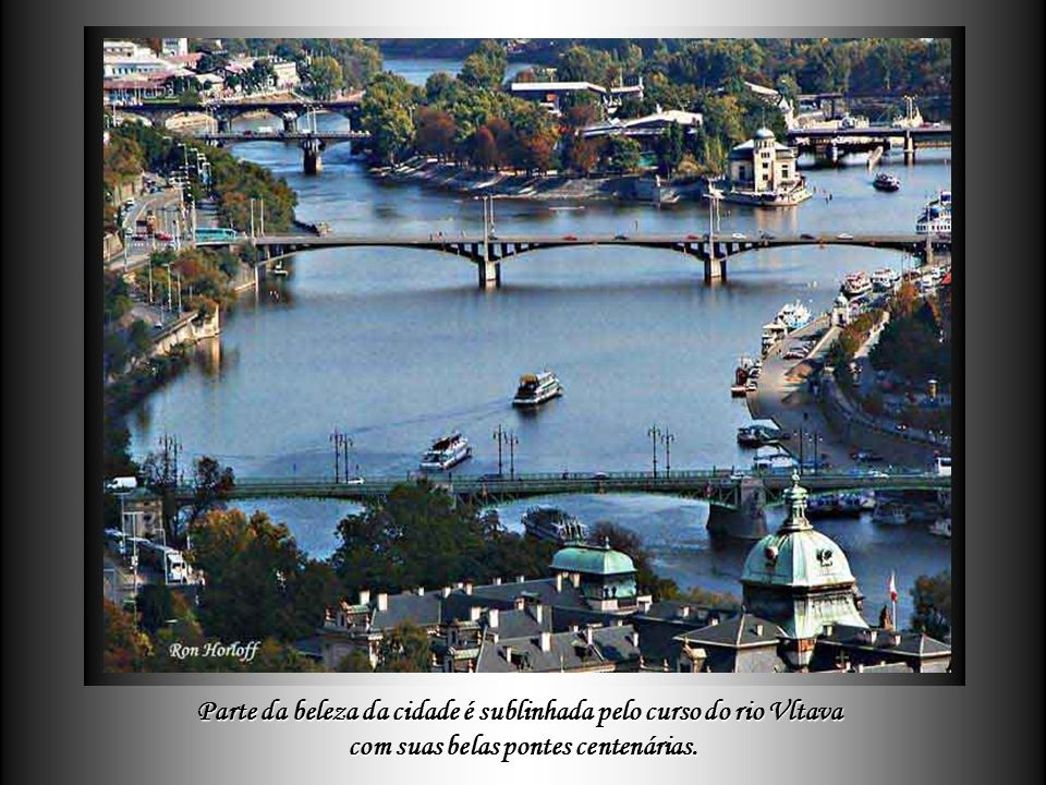 Parte da beleza da cidade é sublinhada pelo curso do rio Vltava