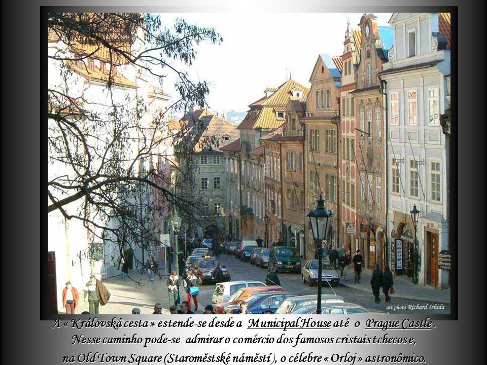 A « Královská cesta » estende-se desde a Municipal House até o Prague Castle .
