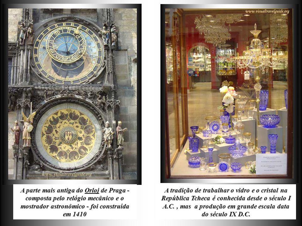 A parte mais antiga do Orloj de Praga - composta pelo relógio mecânico e o mostrador astronômico - foi construída em 1410