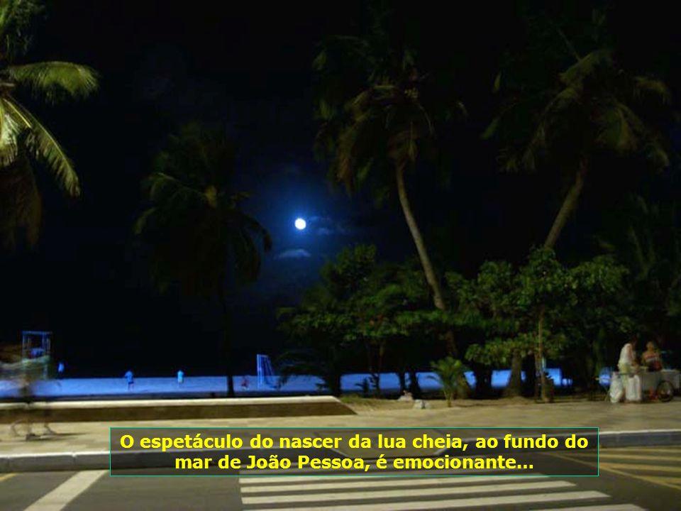 O espetáculo do nascer da lua cheia, ao fundo do mar de João Pessoa, é emocionante…