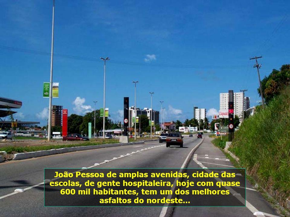 João Pessoa de amplas avenidas, cidade das escolas, de gente hospitaleira, hoje com quase 600 mil habitantes, tem um dos melhores asfaltos do nordeste…