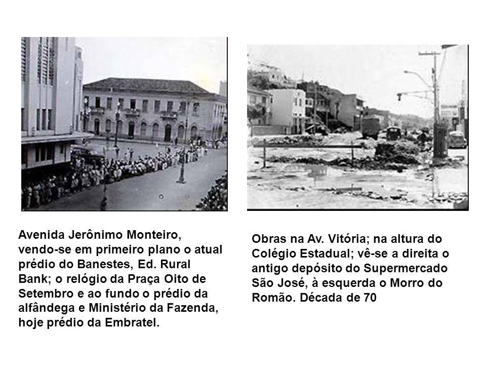 Avenida Jerônimo Monteiro, vendo-se em primeiro plano o atual prédio do Banestes, Ed. Rural Bank; o relógio da Praça Oito de Setembro e ao fundo o prédio da alfândega e Ministério da Fazenda, hoje prédio da Embratel.