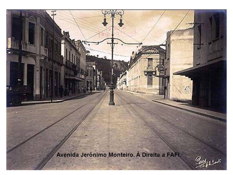 Avenida Jerônimo Monteiro. À Direita a FAFI.