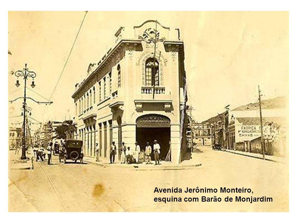 Avenida Jerônimo Monteiro, esquina com Barão de Monjardim