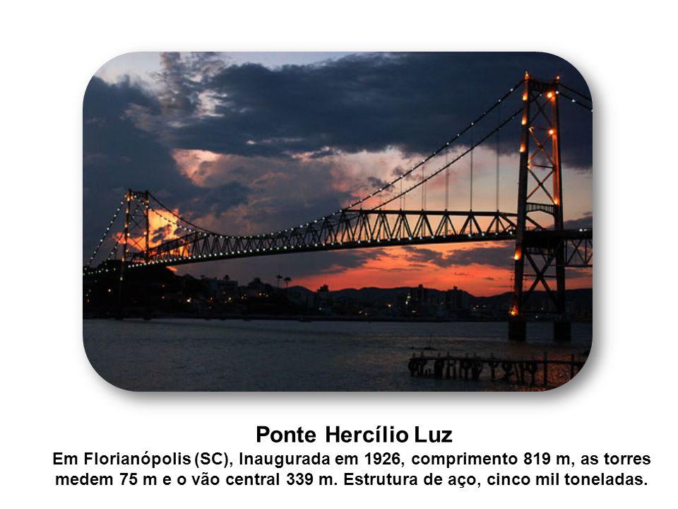 Ponte Hercílio Luz Em Florianópolis (SC), Inaugurada em 1926, comprimento 819 m, as torres