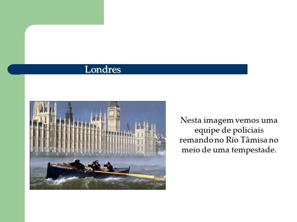 Londres Nesta imagem vemos uma equipe de policiais remando no Rio Tâmisa no meio de uma tempestade.