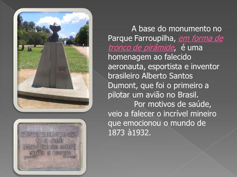 A base do monumento no Parque Farroupilha, em forma de tronco de pirâmide, é uma homenagem ao falecido aeronauta, esportista e inventor brasileiro Alberto Santos Dumont, que foi o primeiro a pilotar um avião no Brasil.
