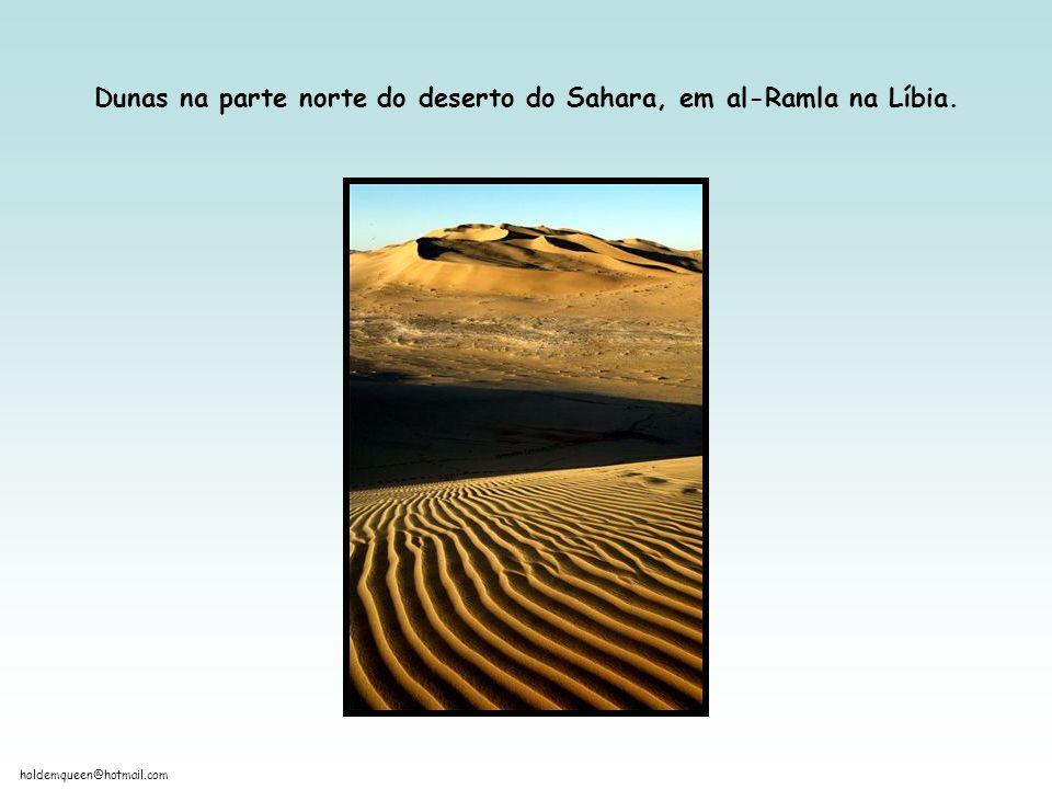 Dunas na parte norte do deserto do Sahara, em al-Ramla na Líbia.