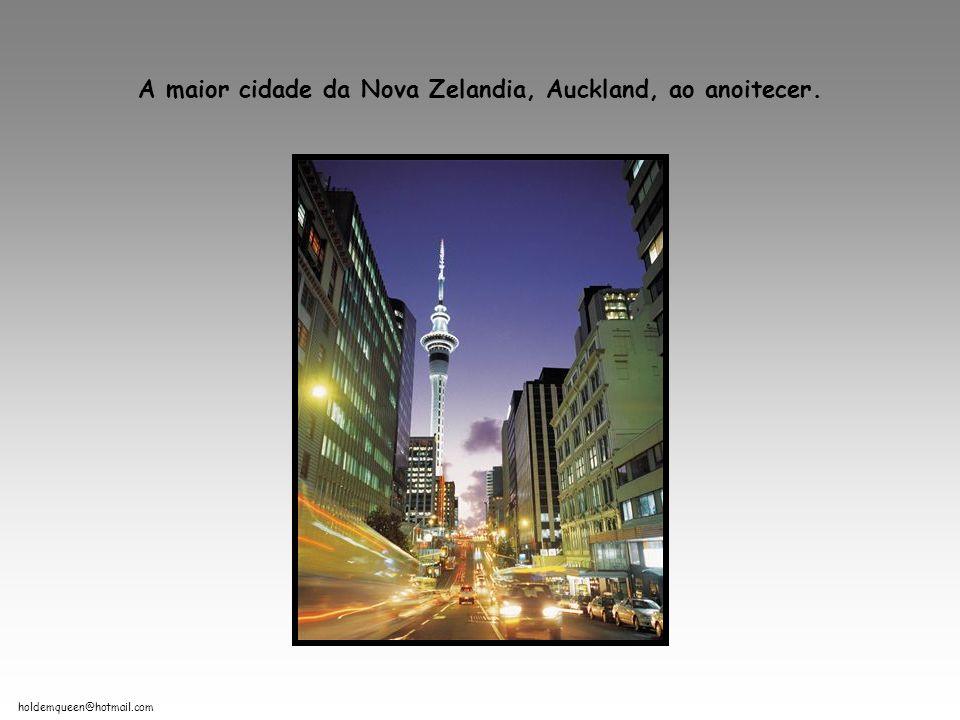 A maior cidade da Nova Zelandia, Auckland, ao anoitecer.