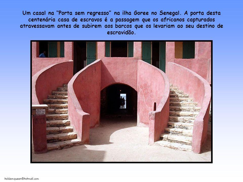 Um casal na Porta sem regresso na ilha Goree no Senegal