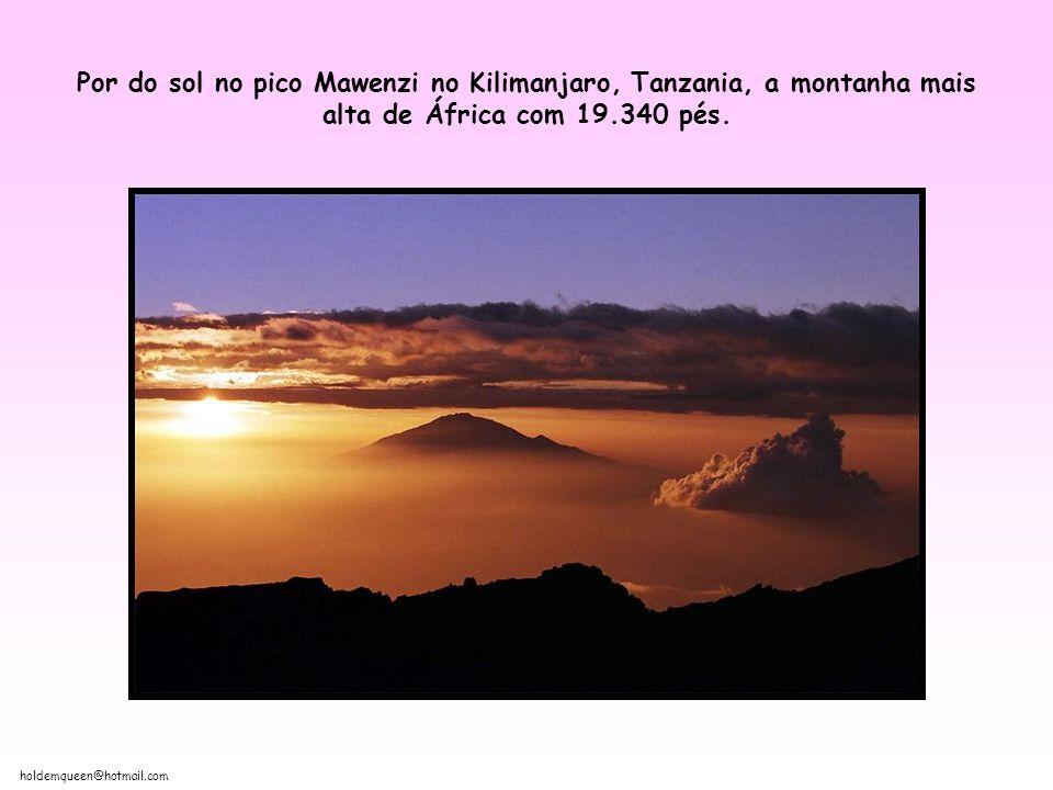 Por do sol no pico Mawenzi no Kilimanjaro, Tanzania, a montanha mais alta de África com 19.340 pés.